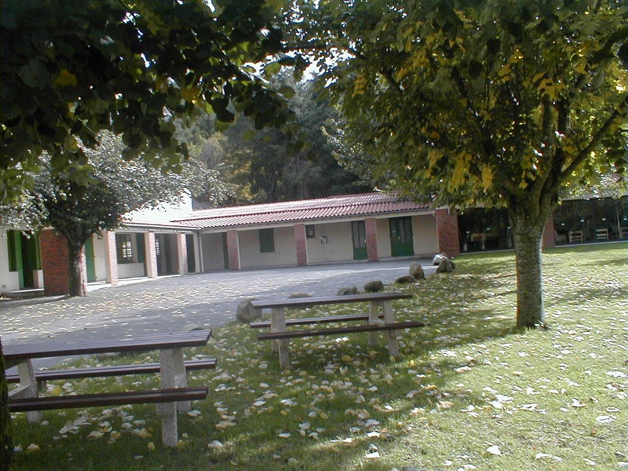Cour et pré devant bâtiment Est, en automne